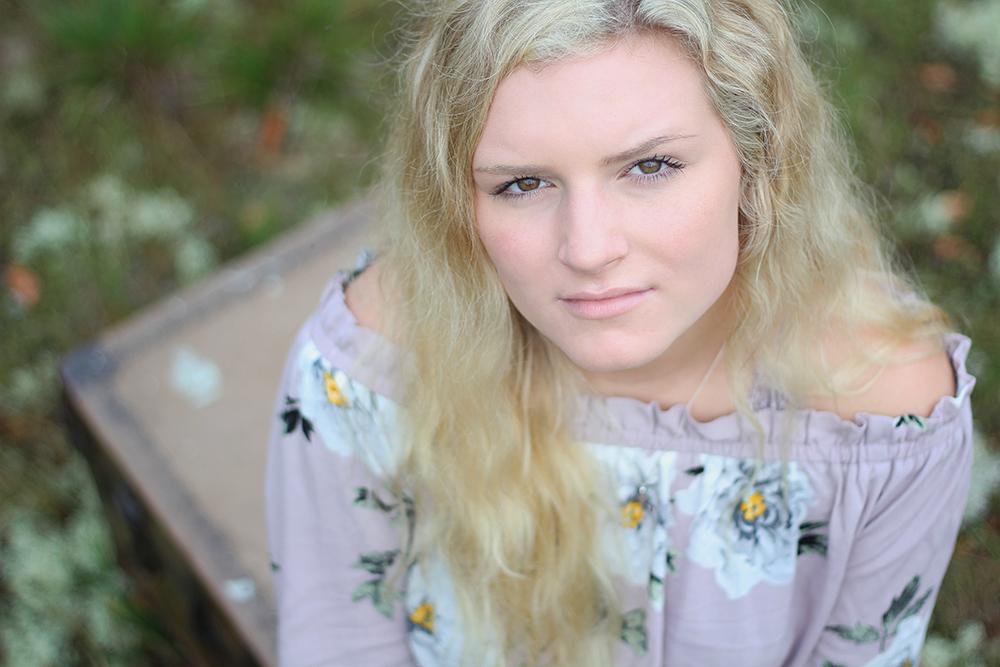 Samantha Jones northern michigan senior photos benzie county senior pictures aubrey ann parker photography field senior portrait